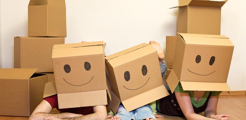 familie trägt boxen auf dem kopf
